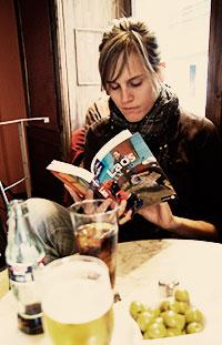 Carme leyendo la lonely