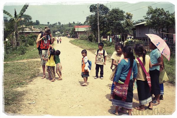Niños por el camino hacia la guesthouse