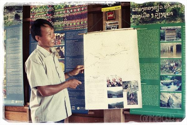 Explicaciones del trekking en Vieng Phouka Ecoguide Service