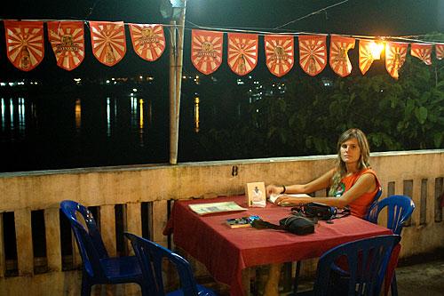 Carme en el Riverside Houay Restaurant