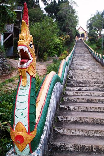 """Escalinatas """"naga"""" de acceso al Wat Jom Khao Manilat"""