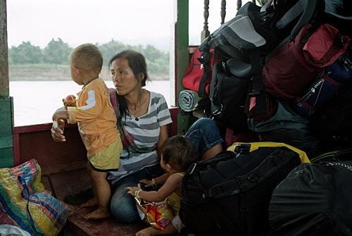 Laosiana con sus dos hijos - Mekong