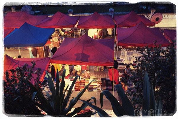 Mercado nocturno desde las escaleras que van al Phu Si