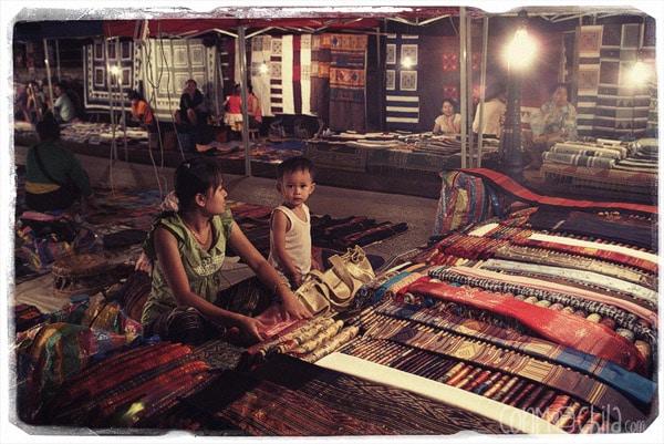 Interior del mercado nocturno de Luang Prabang