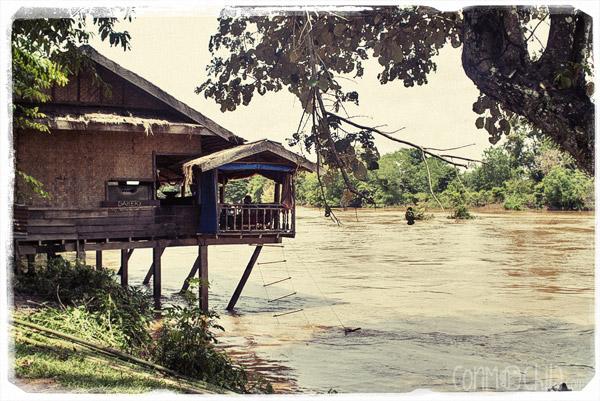 Típico restaurante junto al río Mekong