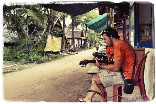 Toni mareando con la guitarra