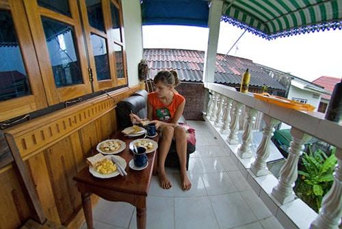 Tomándonos el desayuno en el balconcito