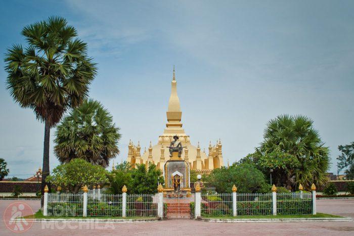 Estatua del rey Setthatthirat con el Pha That Luang de fondo