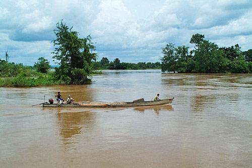 Barca en las aguas del Mekong en la isla de Don Det