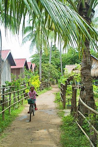 Niña en bici por el sendero de la isla de Don Det