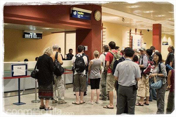 Zona de recogida de pasaportes en el aeopuerto de Phnom Penh