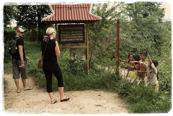 Dos turistas con los niños a la caza de un dolar