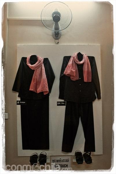 Traje típico de los jemeres rojos expuesto en el museo