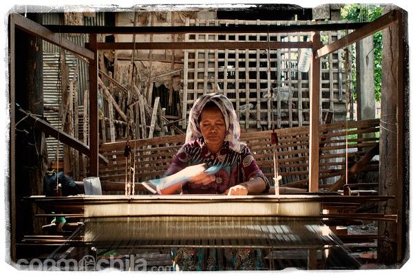Mujer confeccionando telas