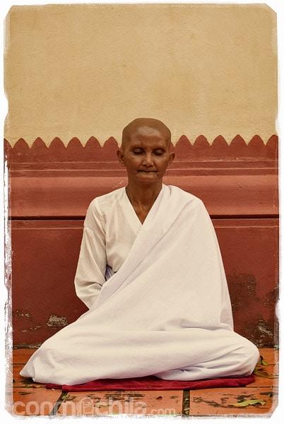 Mujer monje meditando