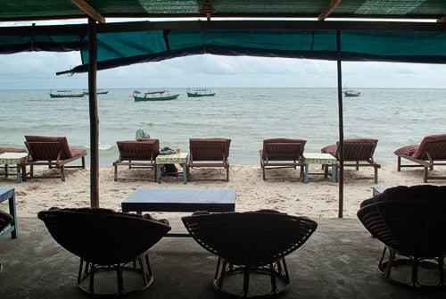 La playa desde dentro de uno de los chiringuitos