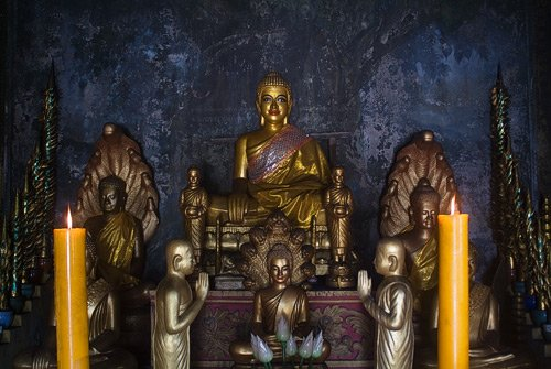 La bonita estampa de los budas en el interior del templo