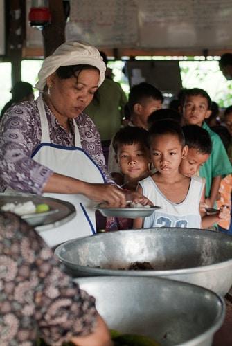 Reparto de comida en Les Paillots