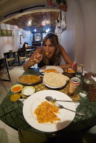 Cenando en el restaurante indio
