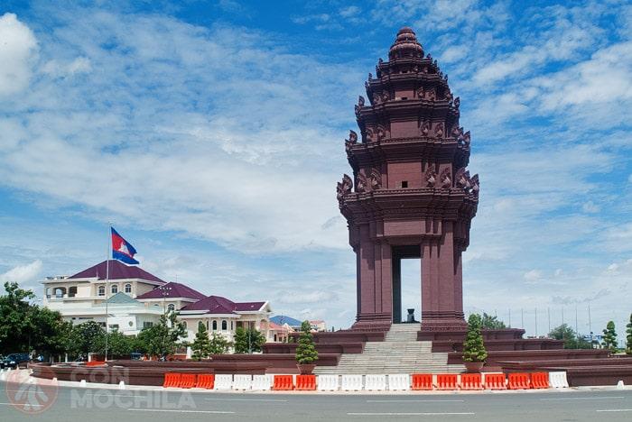El monumento recuerda una de las torres de Angkor Wat