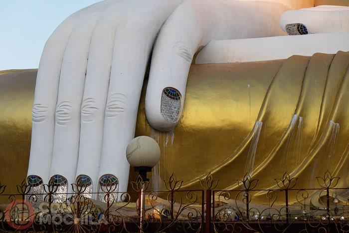 Las inmensas y adornadas manos