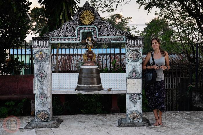 Carme, llena de tanaka al lado de una campana para hacer ofrendas