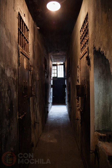 Pasillo entre celdas en la prisión Hanoi Hilton