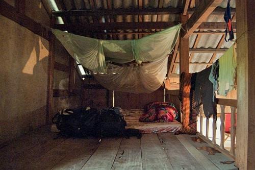 Otra vista de la habitación con la tela mosquitera