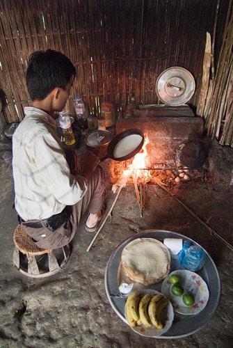 Nuestro guía preparando el desayuno