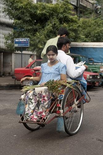 Joven en el barrio hindú de Yangón