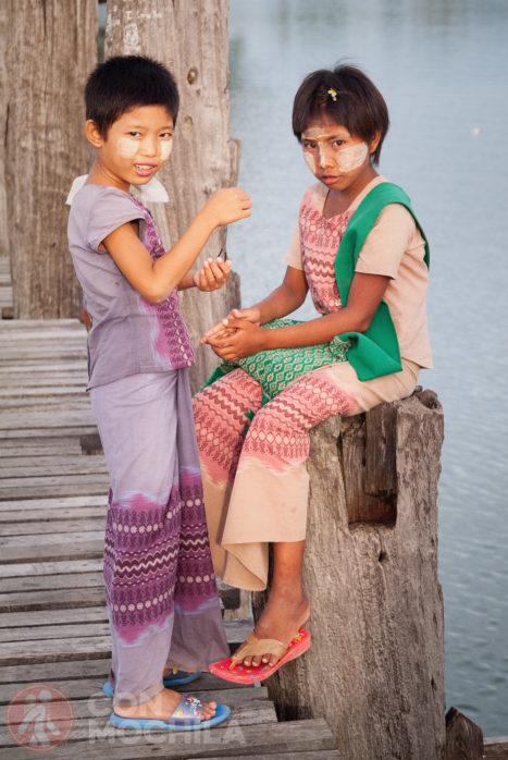 Dos niñas en el puente de U Bein
