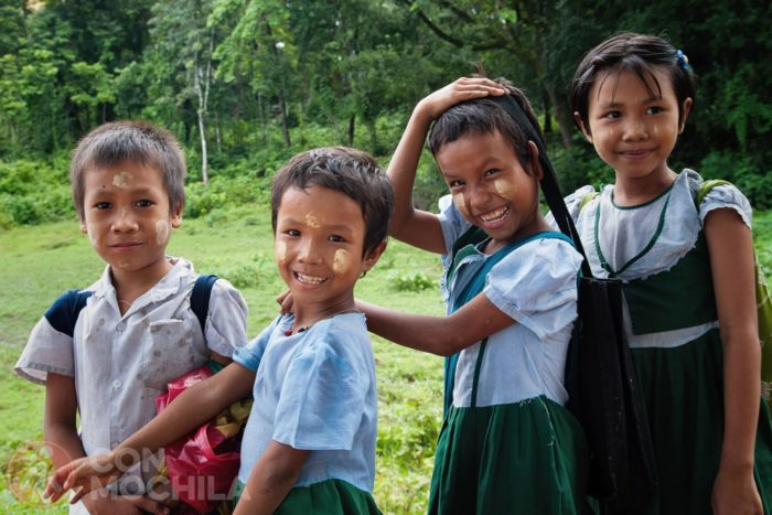 Niños y niñas con el característico thanaka