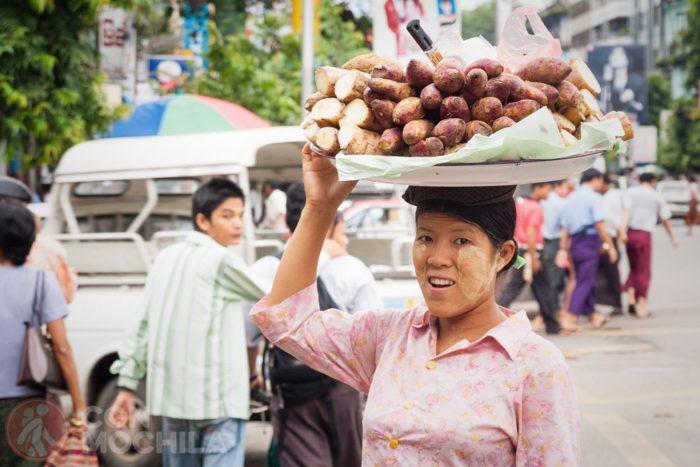 Una vendedora ambulante en Yangón