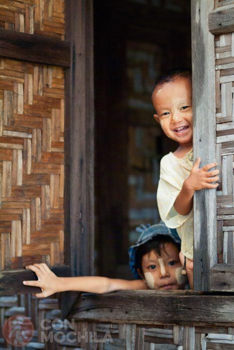 Dos curiosos niños cerca de Bagan