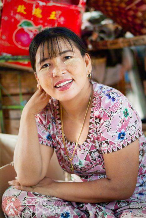 Una simpática mujer en Mandalay con su maquillaje