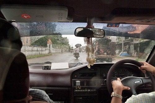 Interior del taxi con las típicas ramitas