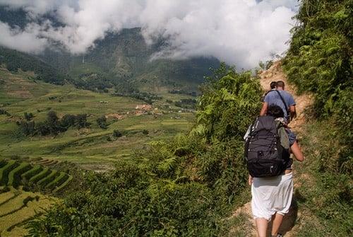 Sendero en la ladera de la montaña