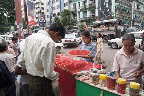 Puesto de frutas en Yangón