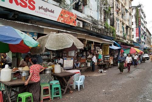Calle de Yangón con puestos de comida callejeros