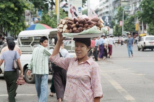 Mujer con comida en su cesto