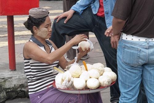 Mujer preparando la fruta para su cliente