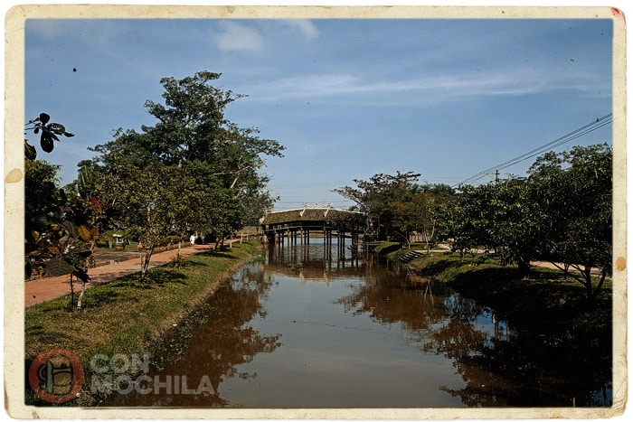 Detalle del canal con el puente al fondo