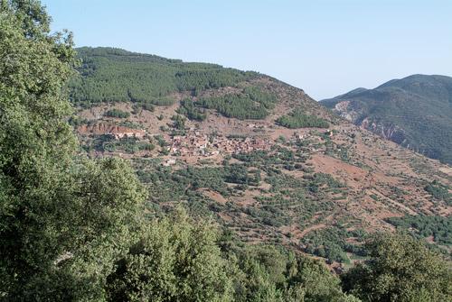 Un pueblo bereber de las montañas.... ¿lo véis?