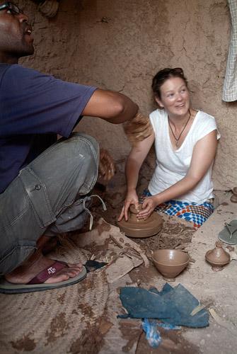Katie haciendo productos de barro