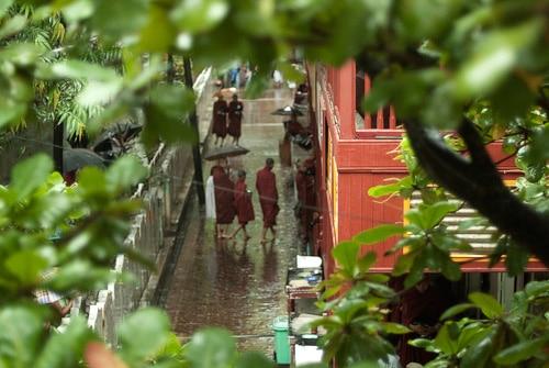 Los monjes llegando al comedor de Maha Ganayon Kyaung