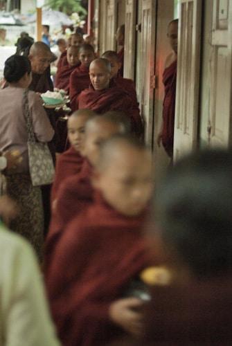 Hilera de monjes