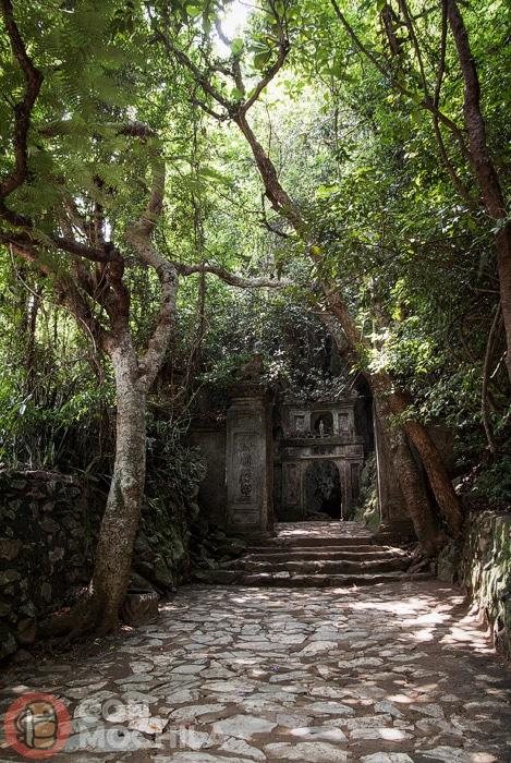 Acceso a las cuevas de Thuy Son