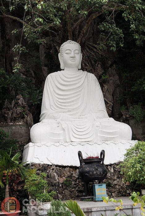 Buda de cemento delante de la cueva de Van Thoung