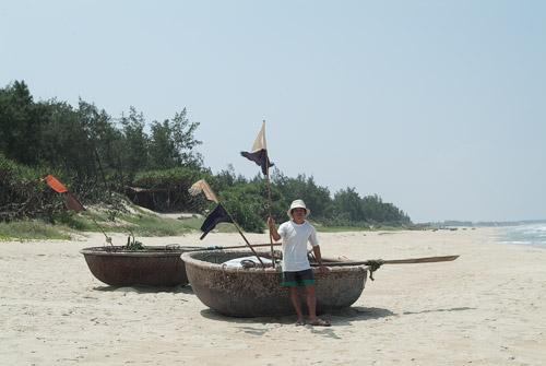 Pescador con su barca redonda