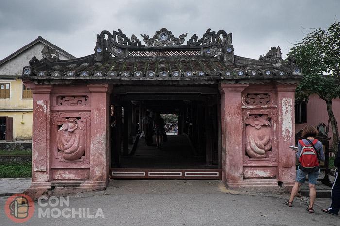 Una de las entradas al puente cubierto de Hoi An